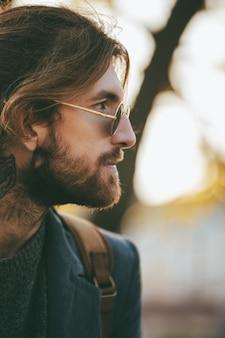 Feche o retrato de um homem barbudo bonito