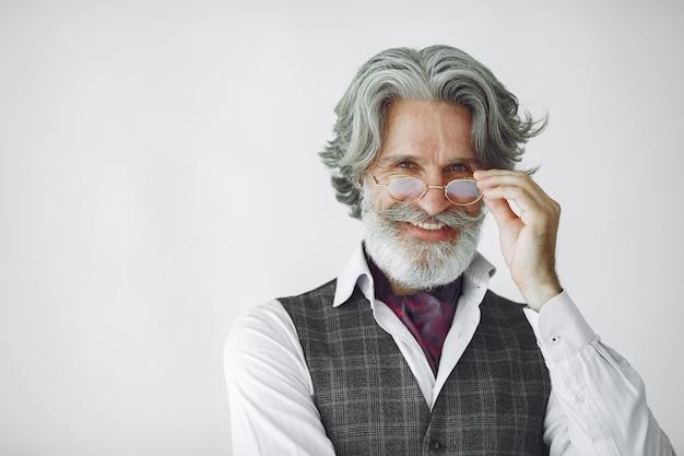 Feche o retrato de um homem sorridente à moda antiga. avô com um relógio.