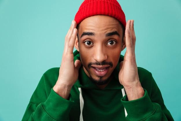 Feche o retrato de um jovem afro-americano chocado