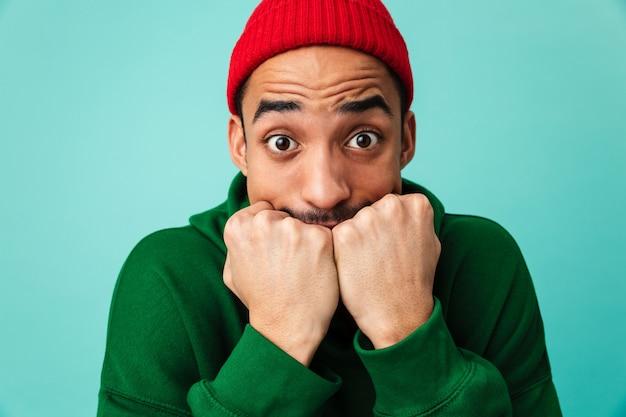 Feche o retrato de um jovem afro-americano com medo