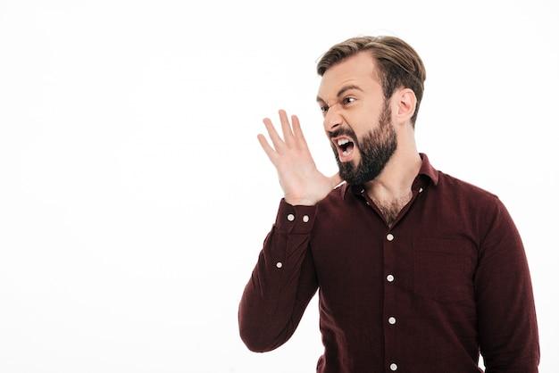 Feche o retrato de um jovem barbudo com raiva