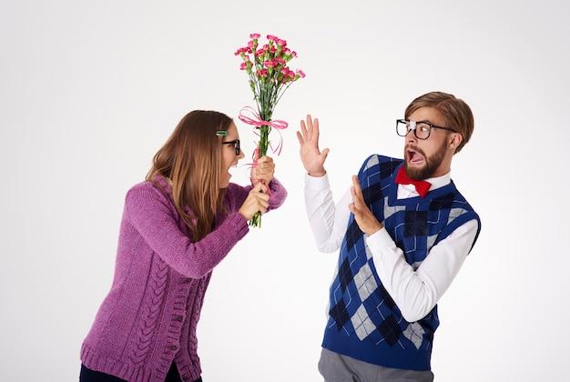 Feche o retrato de um jovem casal brigando