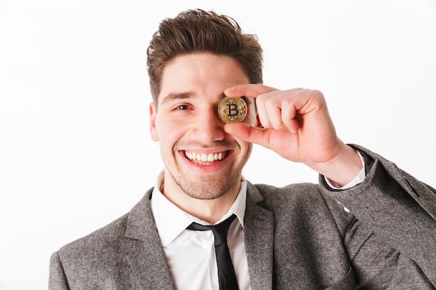 Feche o retrato de um jovem empresário alegre
