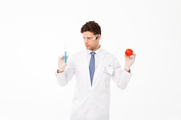 Feche o retrato de um jovem médico masculino concentrado