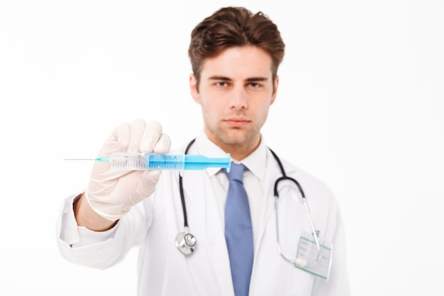 Feche o retrato de um jovem médico masculino sorridente