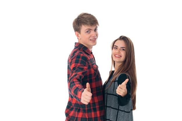 Feche o retrato de um lindo jovem casal elegante apaixonado se divertindo em um estúdio isolado no fundo branco