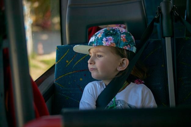 Feche o retrato de uma criança no ônibus