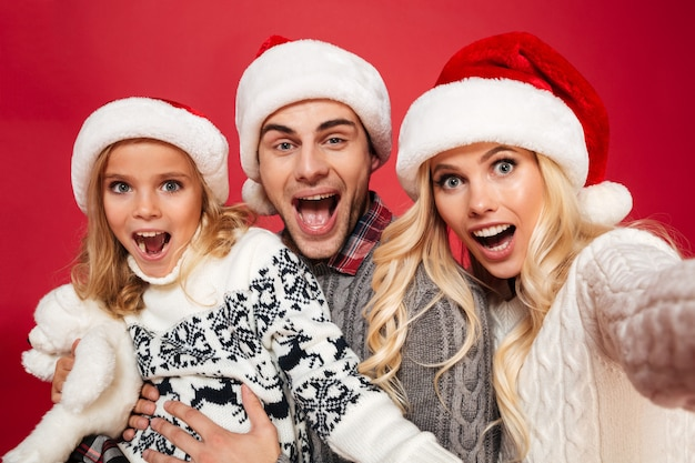Feche o retrato de uma família alegre com uma criança