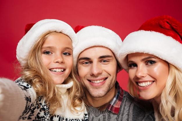 Feche o retrato de uma família alegre e feliz