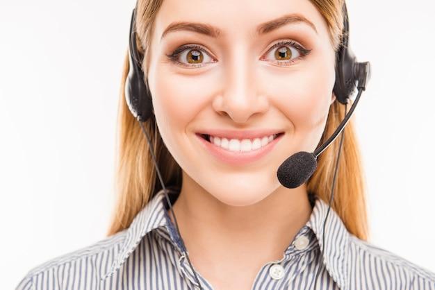 Feche o retrato de uma jovem alegre agente do call center