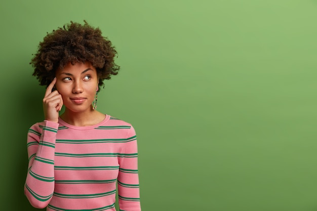 Feche o retrato de uma jovem atraente isolada