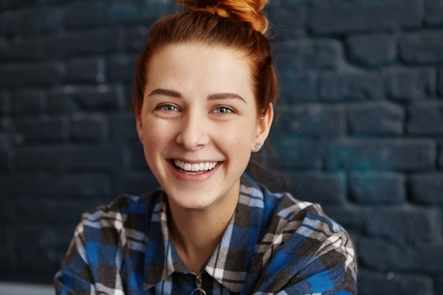 Feche o retrato de uma jovem bonita com cabelo ruivo e pele limpa e saudável