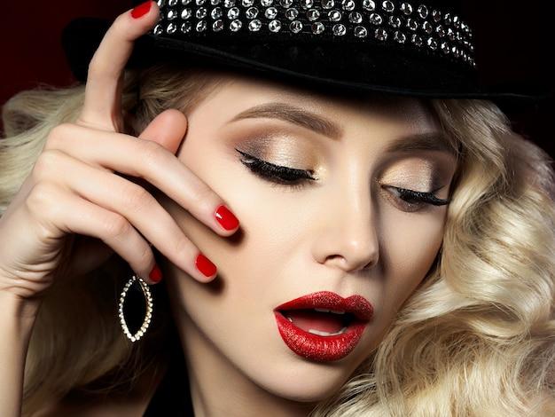 Feche o retrato de uma jovem bonita com maquiagem fashion