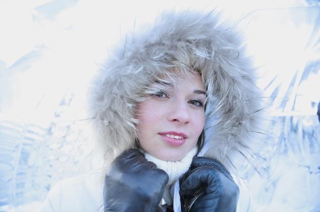 Feche o retrato de uma jovem com parede de gelo.