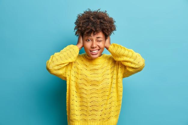 Feche o retrato de uma jovem de cabelos cacheados isolada