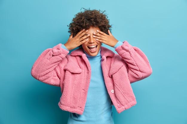 Feche o retrato de uma jovem de cabelos cacheados isolada Foto gratuita