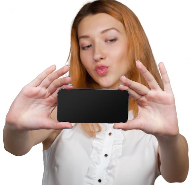 Feche o retrato de uma jovem elegante, segurando um smartphone