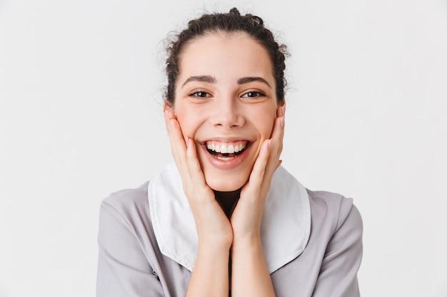 Feche o retrato de uma jovem empregada doméstica feliz