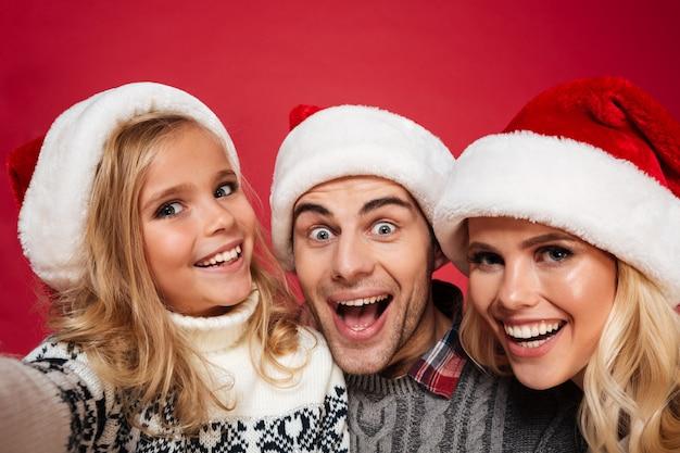 Feche o retrato de uma jovem família alegre