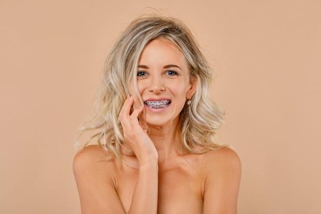 Feche o retrato de uma jovem feliz com aparelho dentário