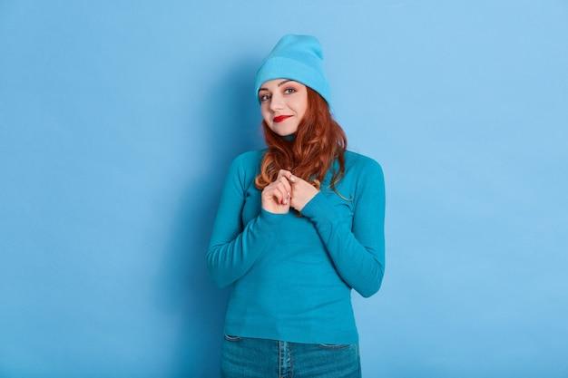 Feche o retrato de uma jovem feliz com longos cabelos ruivos e olhos bonitos