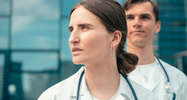 Feche o retrato de uma jovem médica confiante