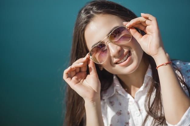 Feche o retrato de uma jovem mulher atraente de óculos