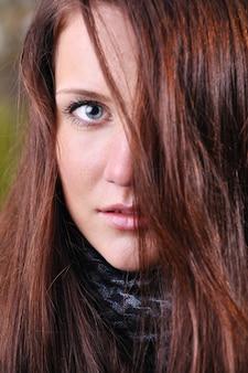 Feche o retrato de uma jovem mulher bonita