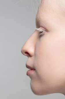 Feche o retrato de uma linda mulher albina isolada no fundo do estúdio. . detalhes.