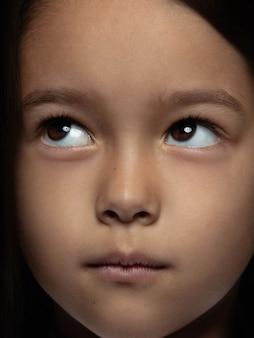 Feche o retrato de uma menina asiática pequena e emocional. foto fotográfica altamente detalhada da modelo feminina com uma pele bem cuidada e uma expressão facial brilhante. conceito de emoções humanas. parece brincalhão, sonhador.