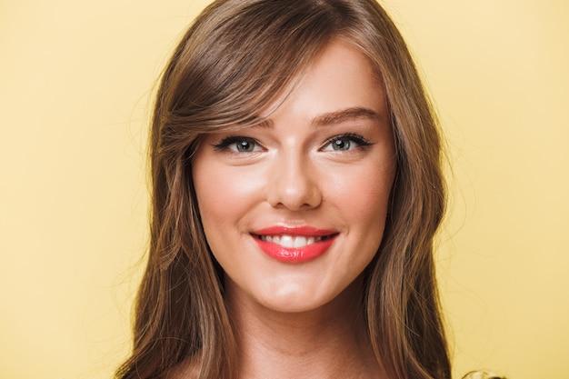 Feche o retrato de uma menina muito sorridente com batom vermelho