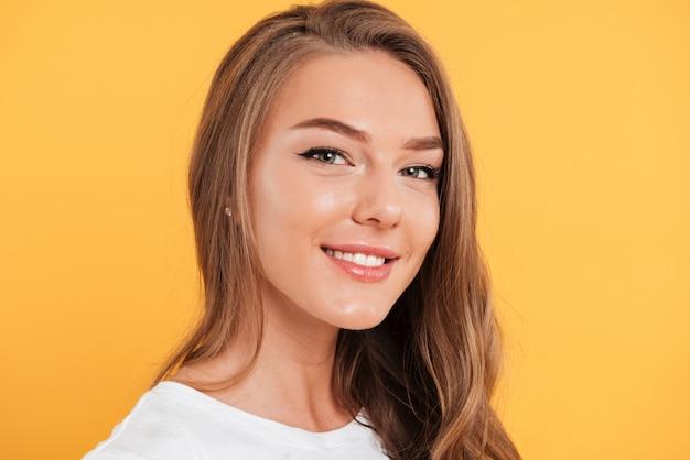 Feche o retrato de uma menina muito sorridente