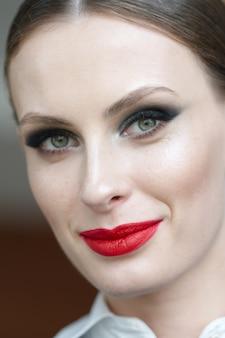 Feche o retrato de uma mulher bonita com natural maquiagem e penteado. foto de foco seletivo.