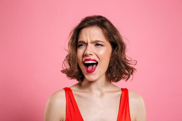Feche o retrato de uma mulher bonita com raiva