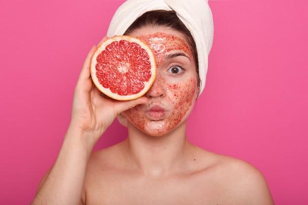Feche o retrato de uma mulher bonita com uma pele perfeita