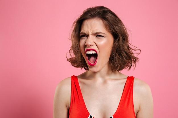 Feche o retrato de uma mulher bonita furiosa