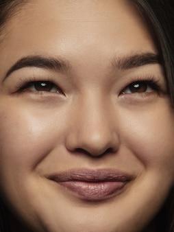 Feche o retrato de uma mulher chinesa jovem e emocional.
