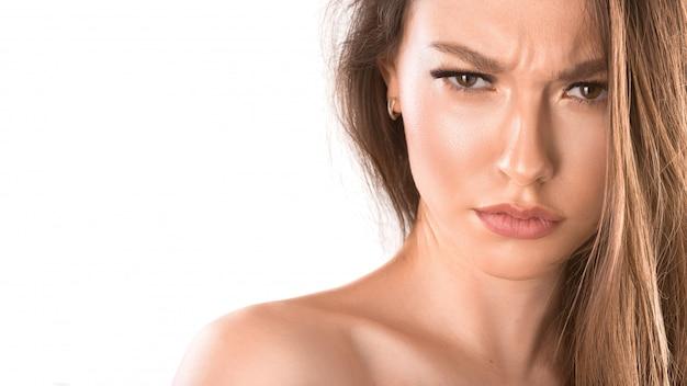 Feche o retrato de uma mulher com uma cara feia. parecendo louco e louco gritando e fazendo gestos furiosos. isolado no branco expressões faciais e emoções.