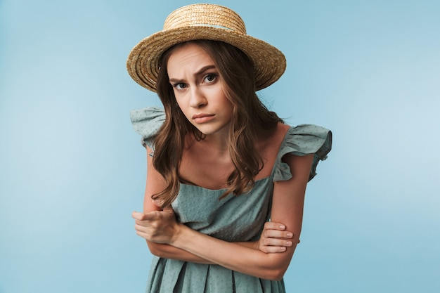 Feche o retrato de uma mulher curiosa em vestido