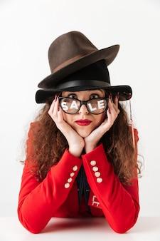 Feche o retrato de uma mulher de compras de venda pensativo
