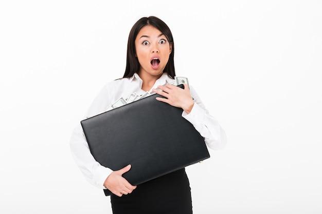Feche o retrato de uma mulher de negócios asiático chocado