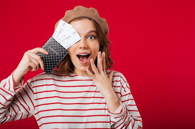 Feche o retrato de uma mulher excitada segurando o passaporte