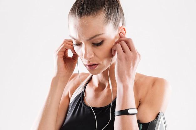 Feche o retrato de uma mulher jovem concentrado fitness