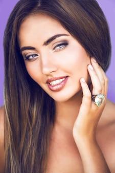 Feche o retrato de uma mulher linda e sensual com pele perfeita e maquiagem com brilho natural