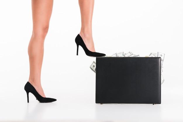 Feche o retrato de uma mulher pernas de salto alto