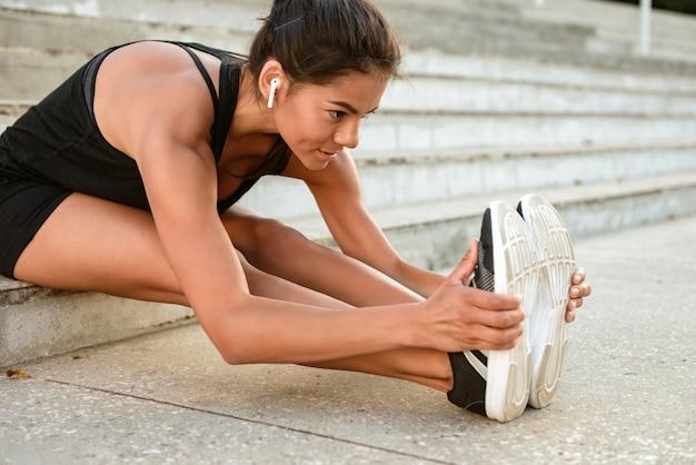Feche o retrato de uma mulher sorridente de fitness