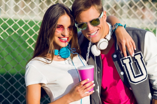 Feche o retrato de verão de um jovem casal hippie apaixonado posando ao ar livre