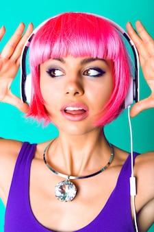 Feche o retrato do estúdio de moda de uma bela jovem usando um enorme colar de diamantes na moda