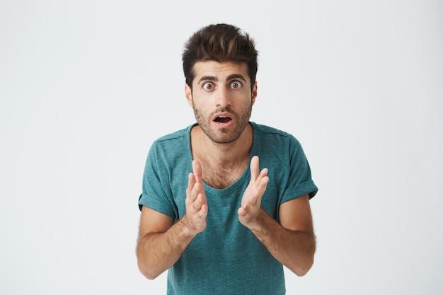 Feche o retrato do italiano maduro na camiseta azul casual, de mãos dadas, congelou em uma pose em antecipação durante partida de hóquei. linguagem corporal.