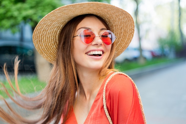 Feche o retrato do maravilhoso modelo feminino romântico com maquiagem brilhante.